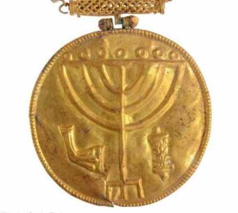Guldmedaljong med etsningar av Menorah, Torah och Shofar