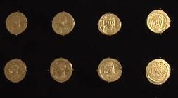 Några av guldmynt som hittades med medaljongen